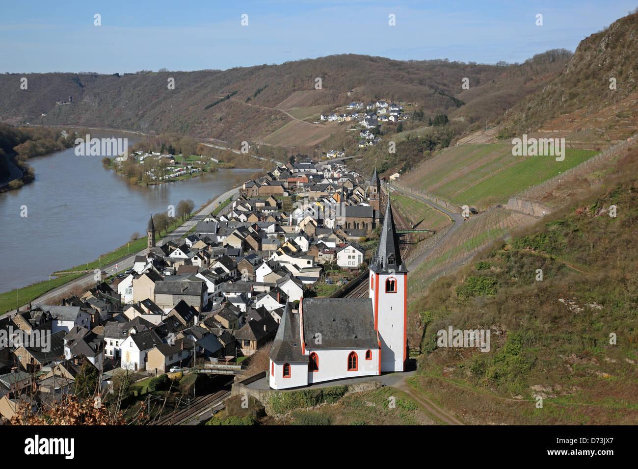 Le village de Hatzenport au printemps dans la vallée de la Moselle Rhénanie-palatinat Allemagne Banque D'Images