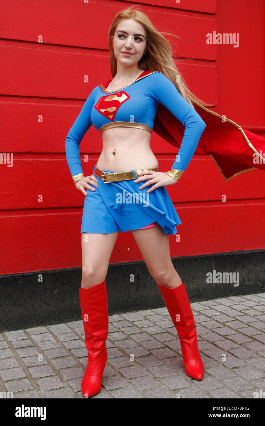 Jeune femme habillée en Supergirl participe à Sci-Fi-London parade de costumes, Stratford, London, UK Photo Stock