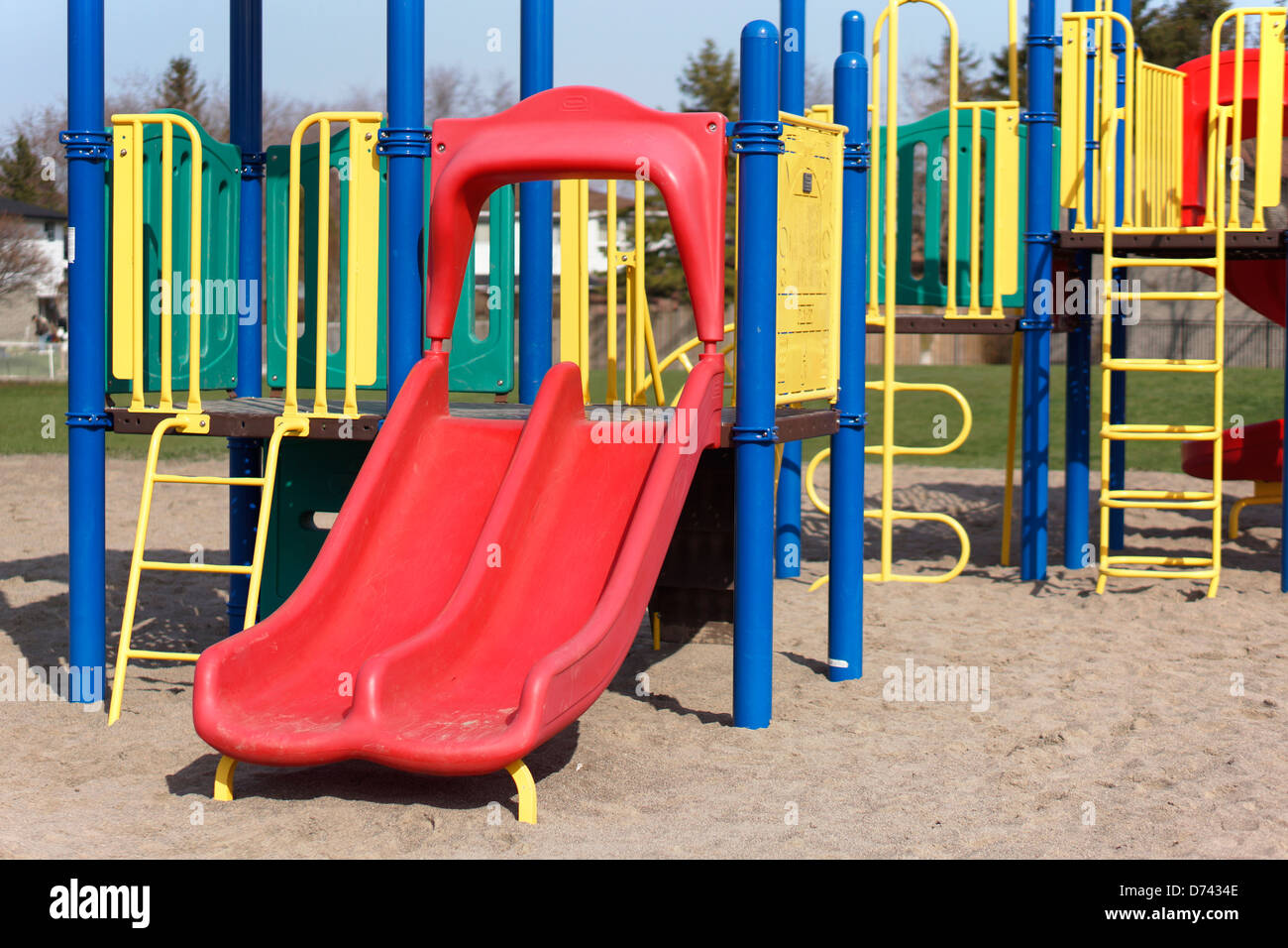 Aire de jeux pour enfants, terrain de l'école à l'extérieur des diapositives Photo Stock