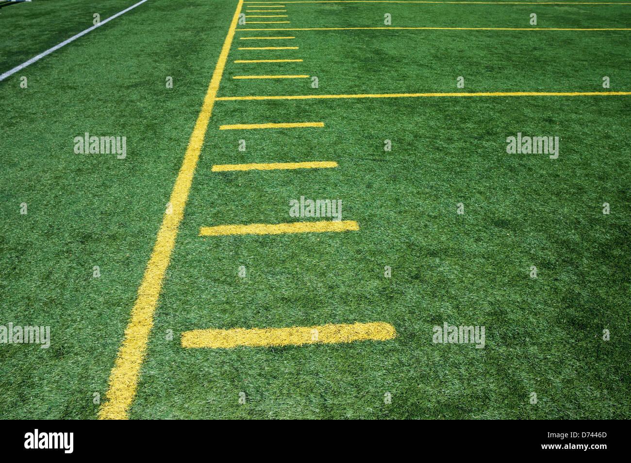 L'écart sur le football américain sur le terrain en gazon artificiel avec marques de hachage. Photo Stock