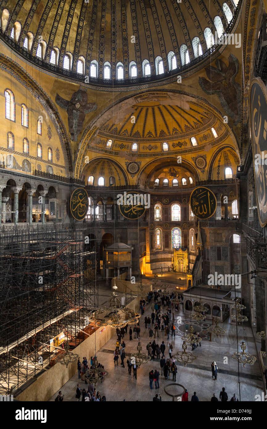 Les touristes à l'intérieur de Sainte-sophie, Istanbul, Turquie. Banque D'Images