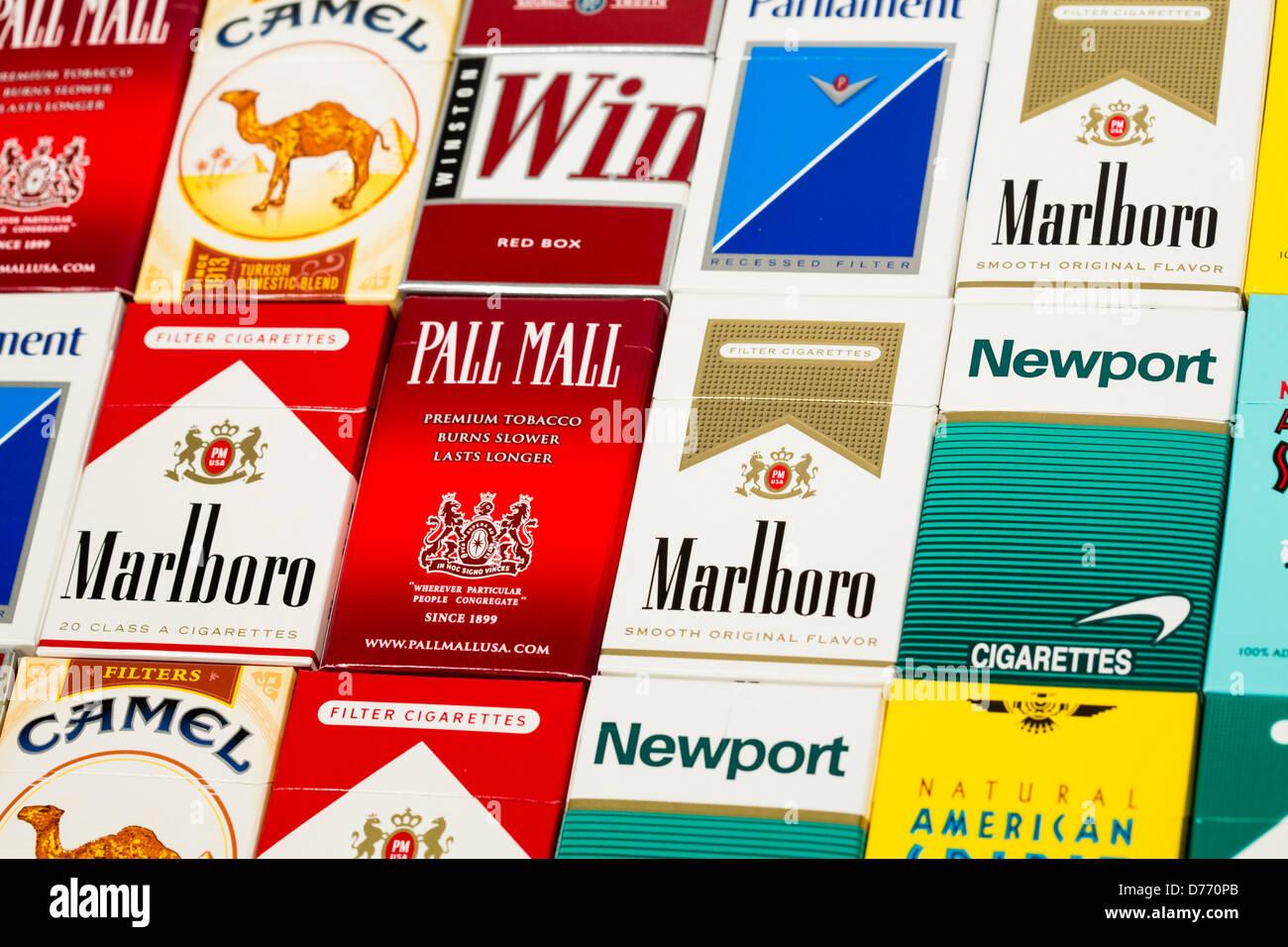 Différents paquets de cigarettes. Pall Mall, Marlboro, Winston, Camel, le Parlement, Newport, American Spirit. Banque D'Images