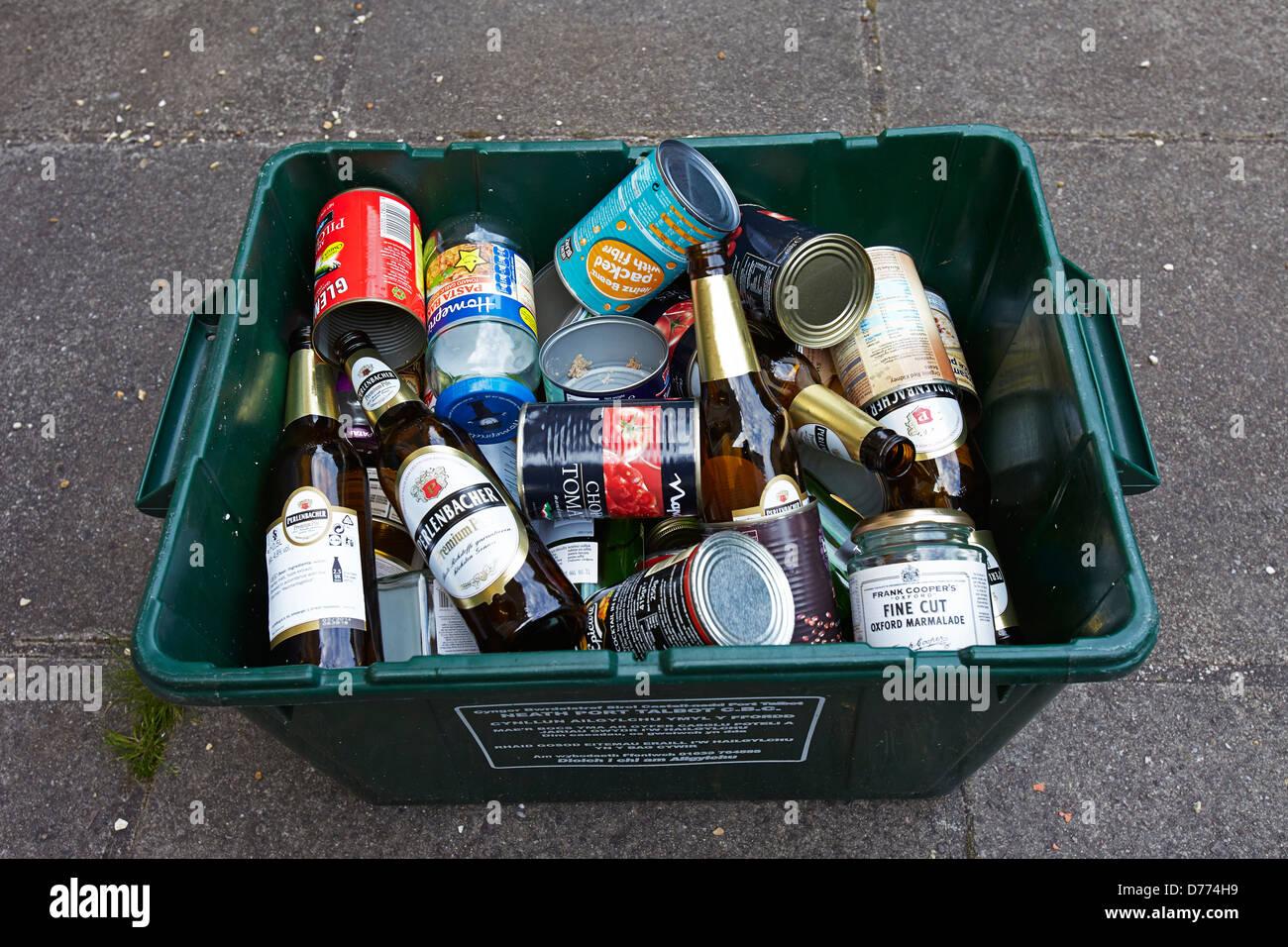 Bac De Recyclage Plein De Boites De Conserve Et De Bouteilles En