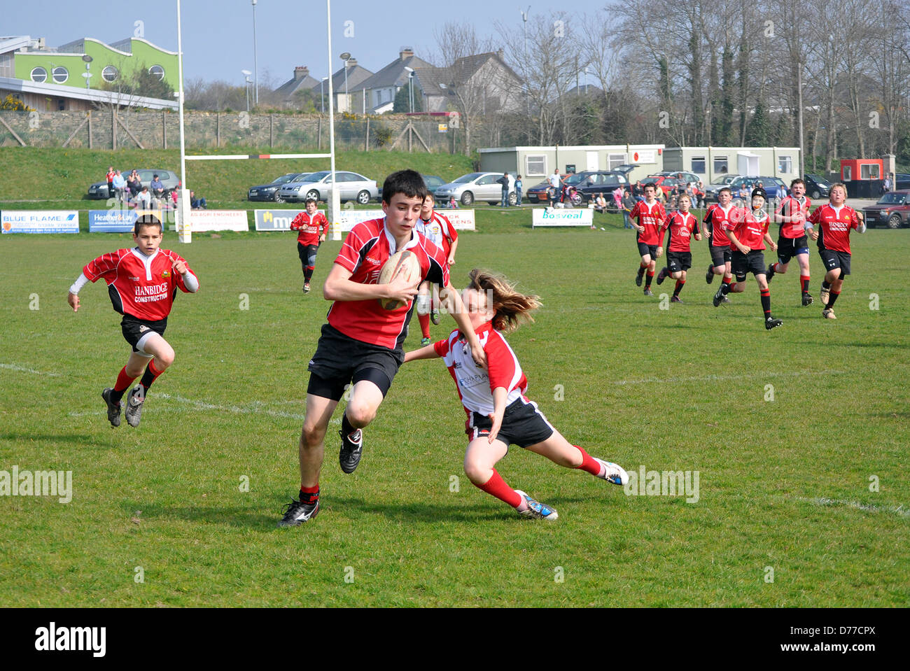 Adolescents à jouer au rugby, Royaume-Uni Photo Stock