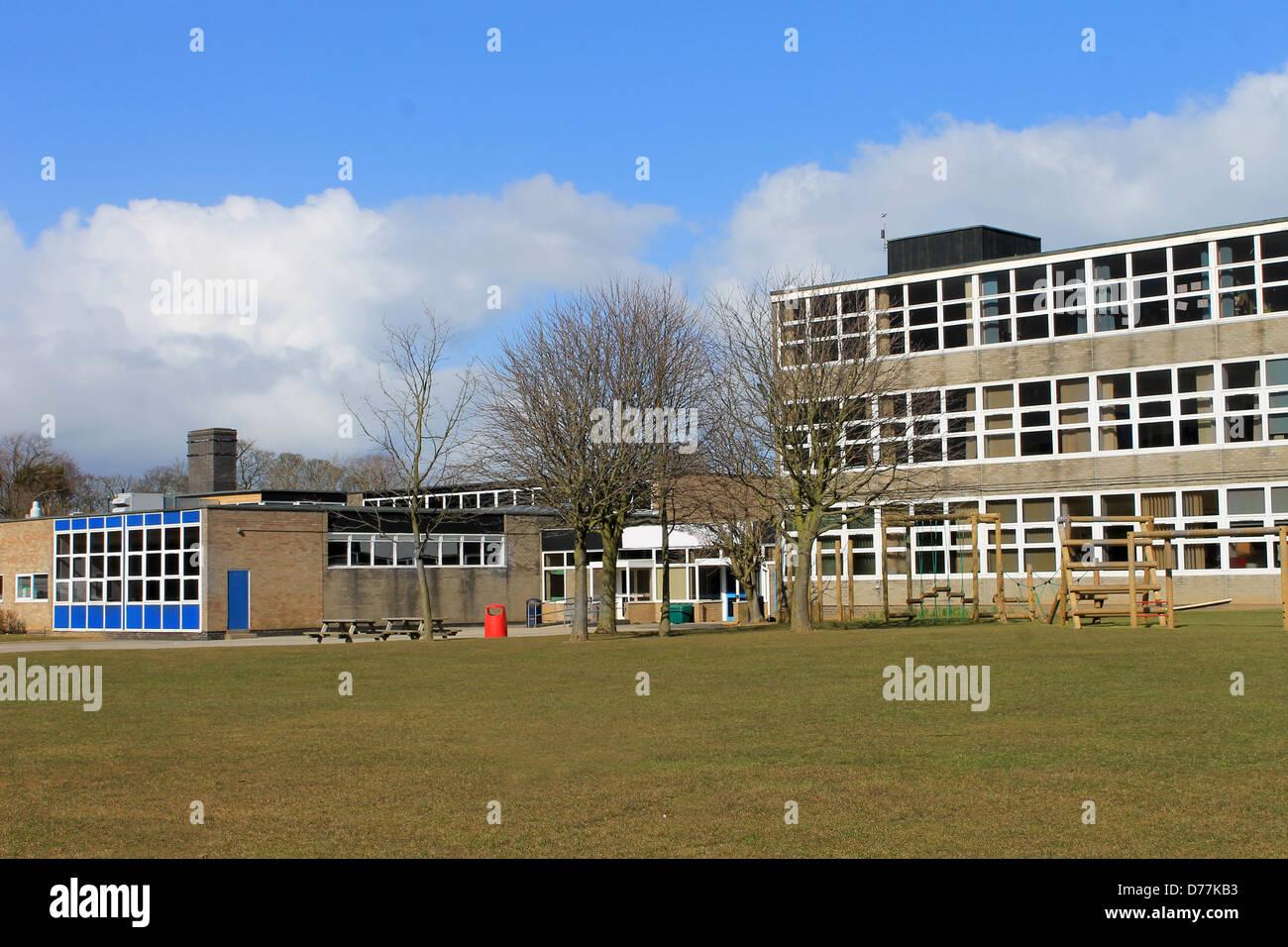 L'extérieur du bâtiment de l'école moderne avec terrain de jeu en premier plan. Photo Stock