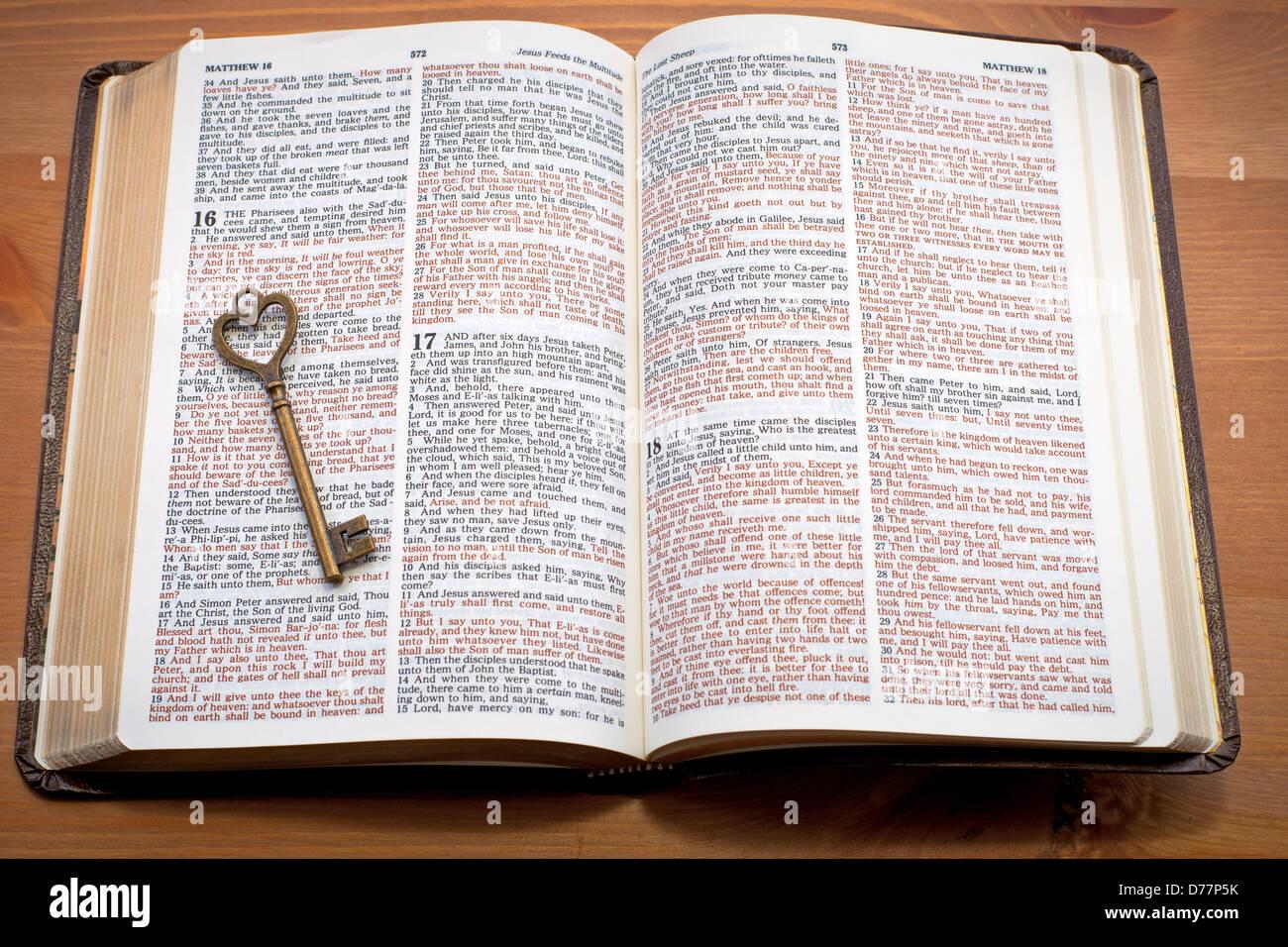 Clés du Royaume, clé sur la bible ouverte Banque D'Images