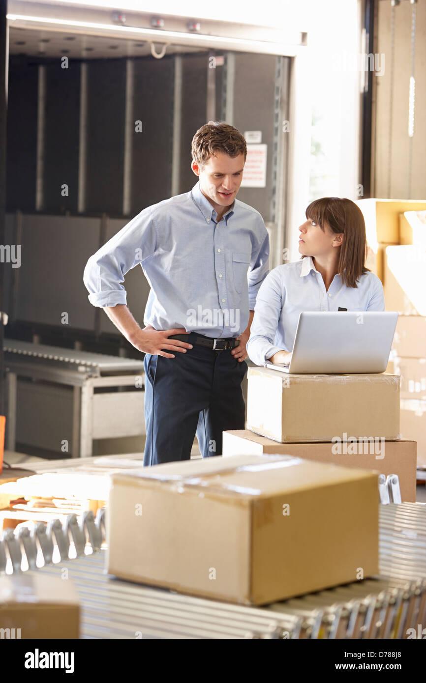 Les travailleurs de l'entrepôt de distribution Photo Stock