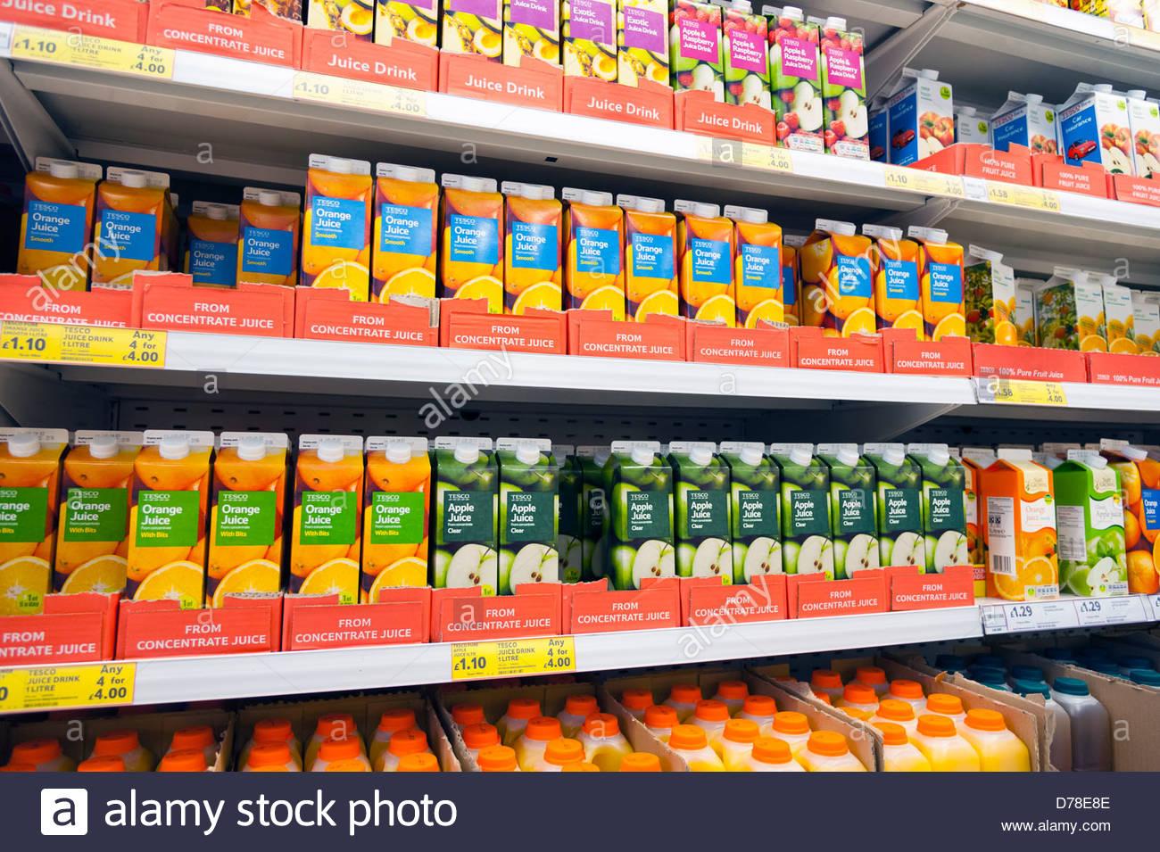 Jus de fruits frais pour la vente dans un magasin Tesco (Royaume-Uni) 7da6a49c3504