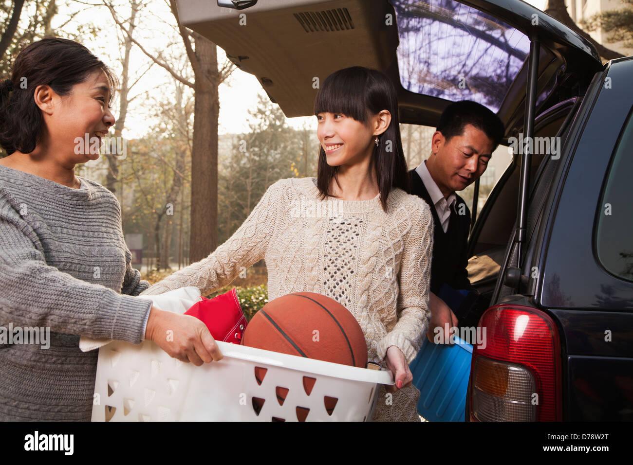 Mother helping daughter déballez voiture pour college, Beijing Photo Stock
