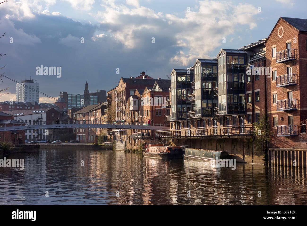 Appartements sur la rivière Aire près du centre-ville, Leeds, West Yorkshire, Royaume-Uni Photo Stock
