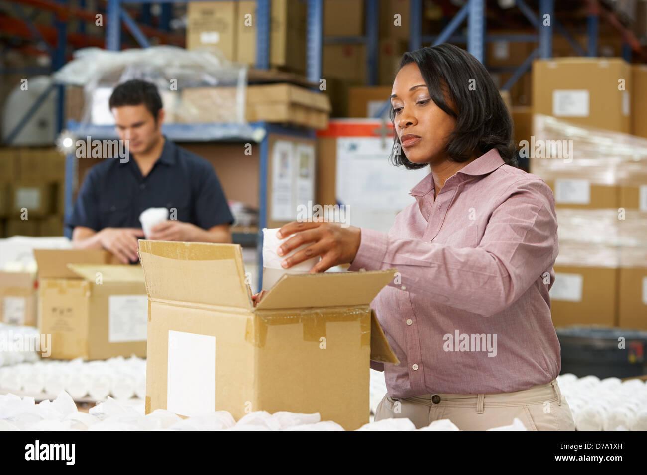 Manager contrôle de marchandises sur la ligne de production Photo Stock