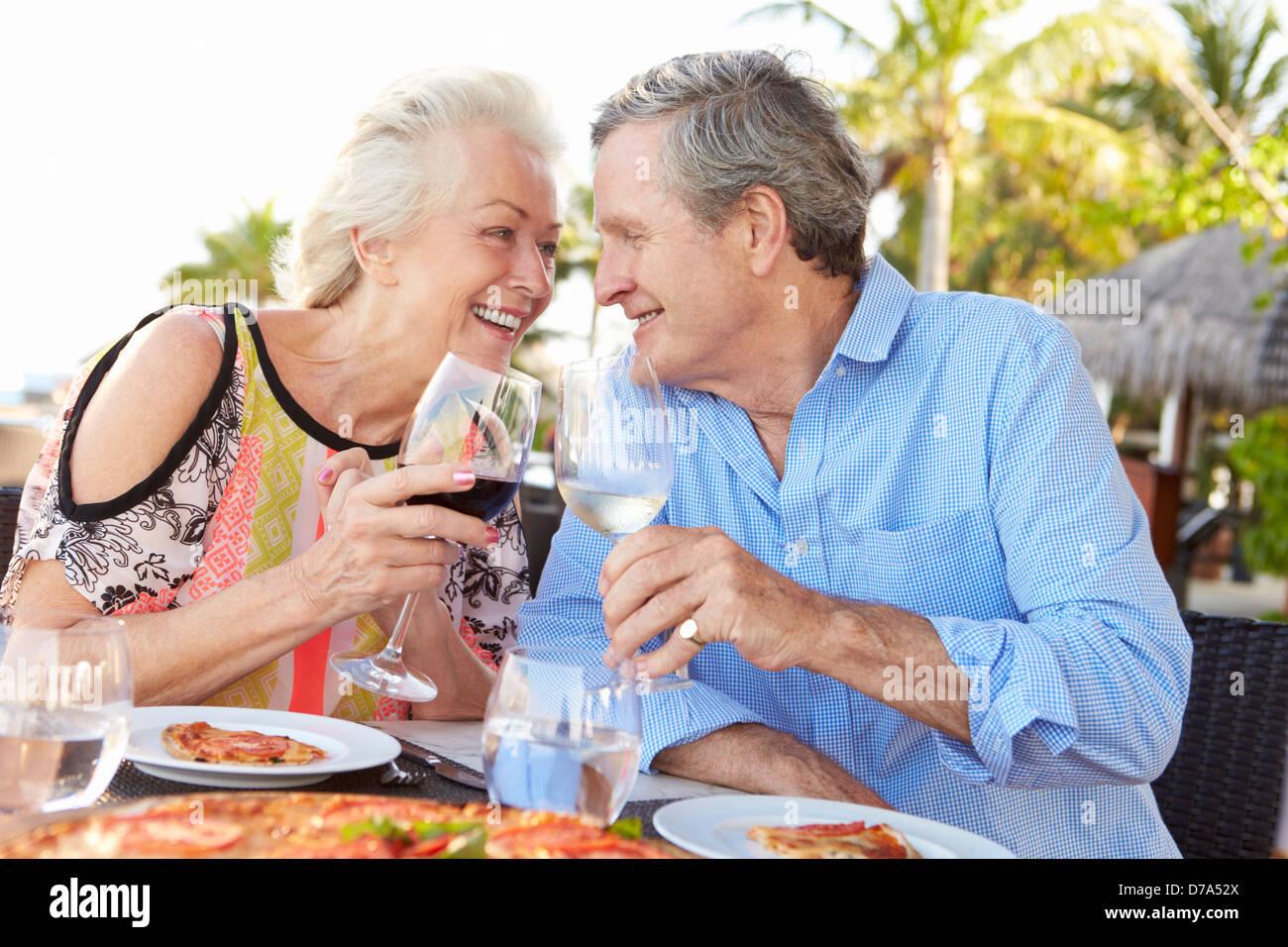 Senior Couple Enjoying repas au restaurant en plein air Banque D'Images