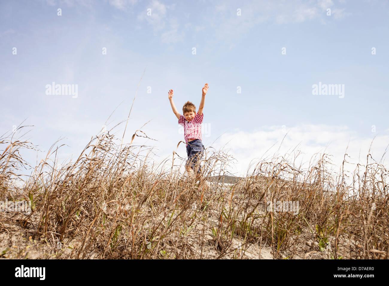 Enfant traversant dunes Photo Stock
