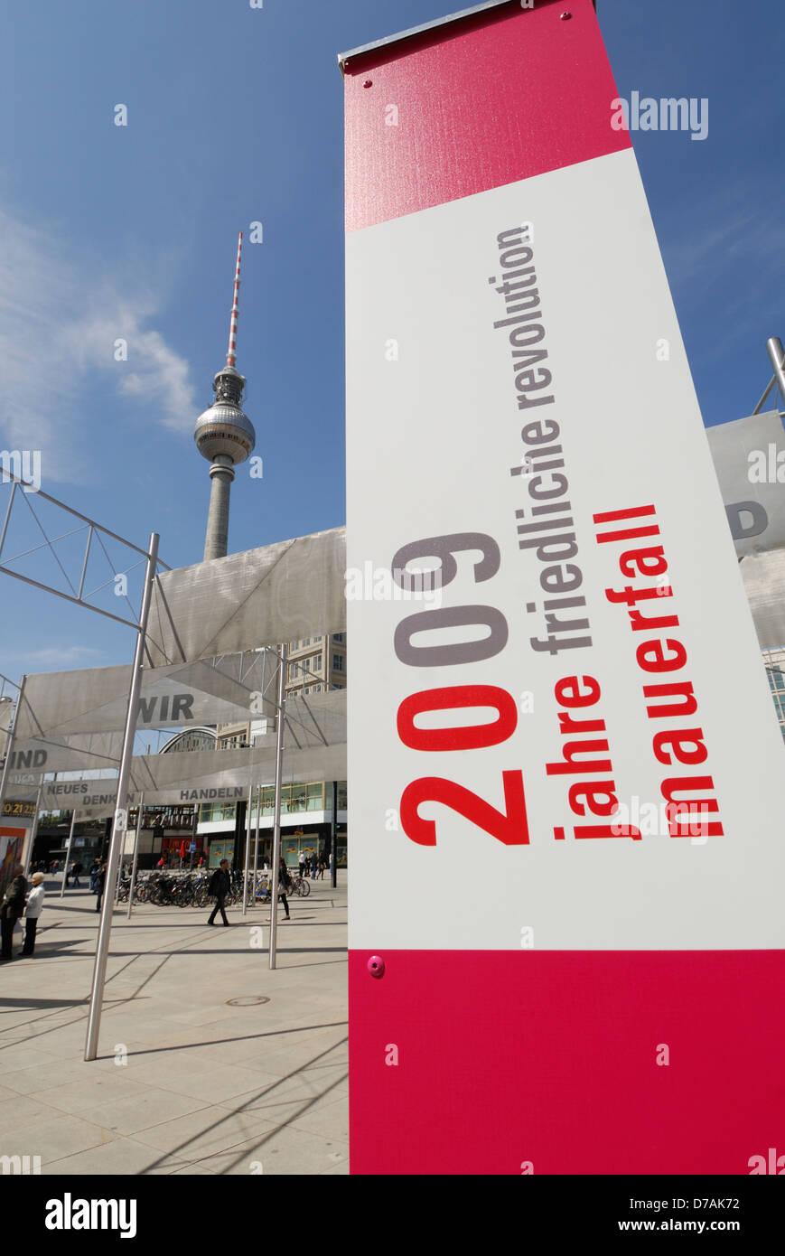 Exposition sur l'Alexanderplatz commémorant 20 ans depuis la chute du mur de Berlin, Berlin, Allemagne. Photo Stock