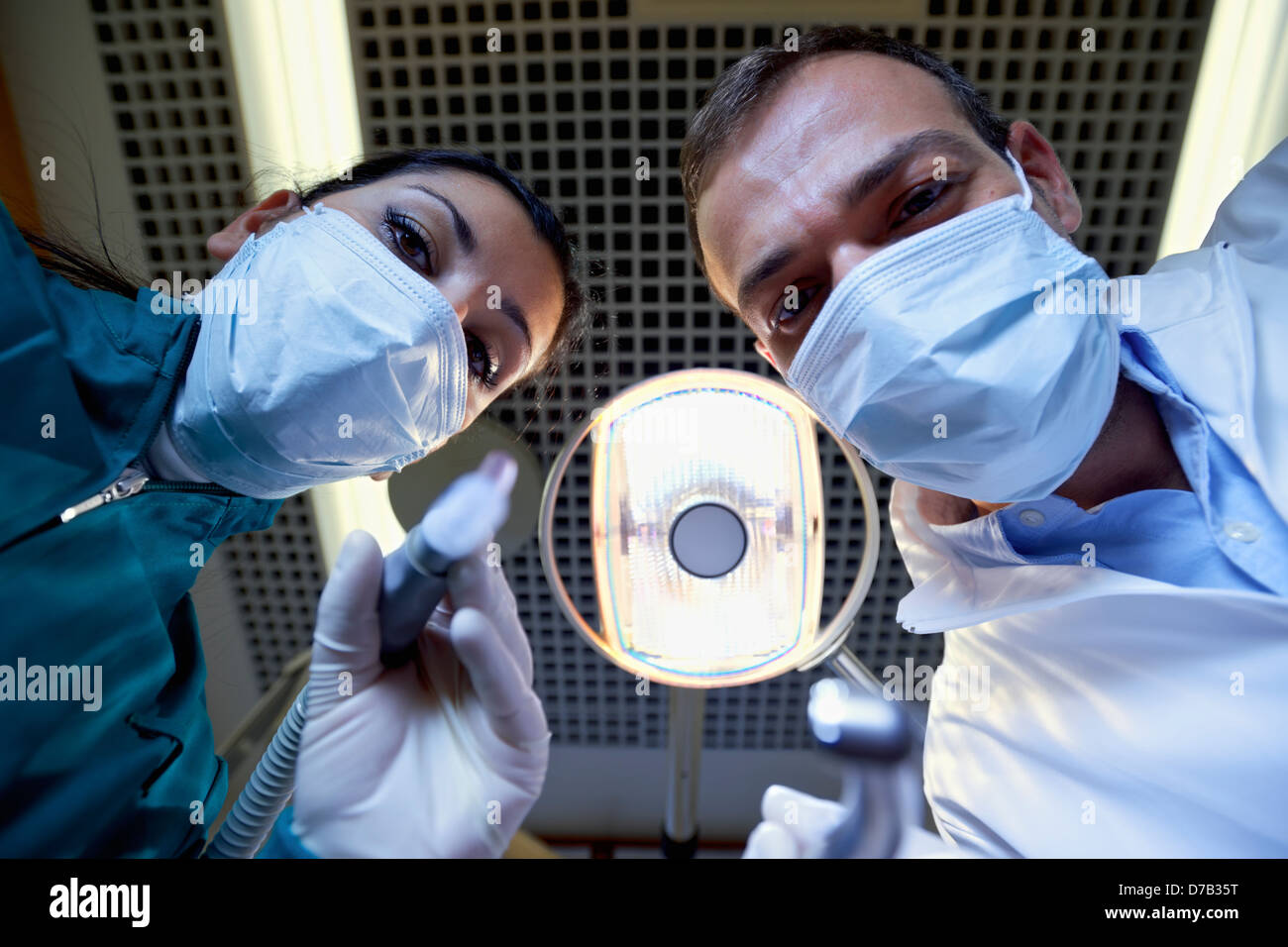 Le personnel médical et le personnel à travailler dans une clinique dentaire, dentiste et l'assistant travail avec Banque D'Images