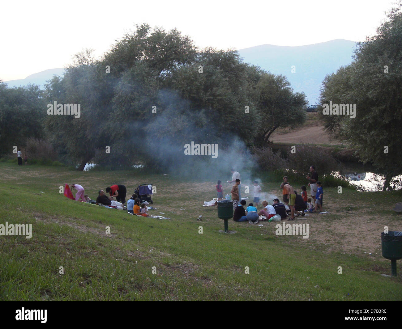 Pique-nique en famille à shvilei sde nehemya ami près de par le Jourdain Photo Stock