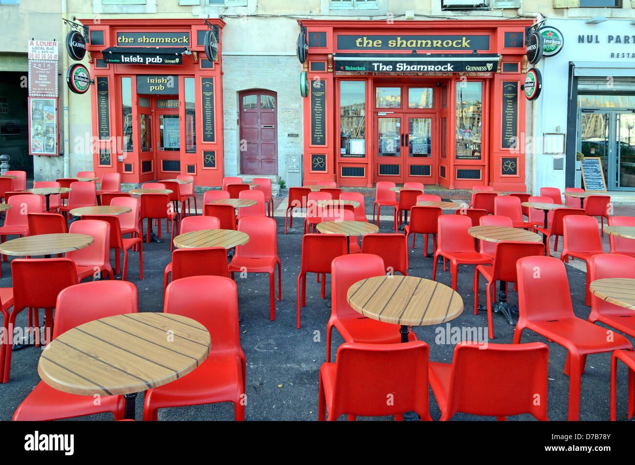 Irish Pub Bar Café de la chaussée ou avec des tables et chaises rouge plastique Vieux Port Marseille France Photo Stock