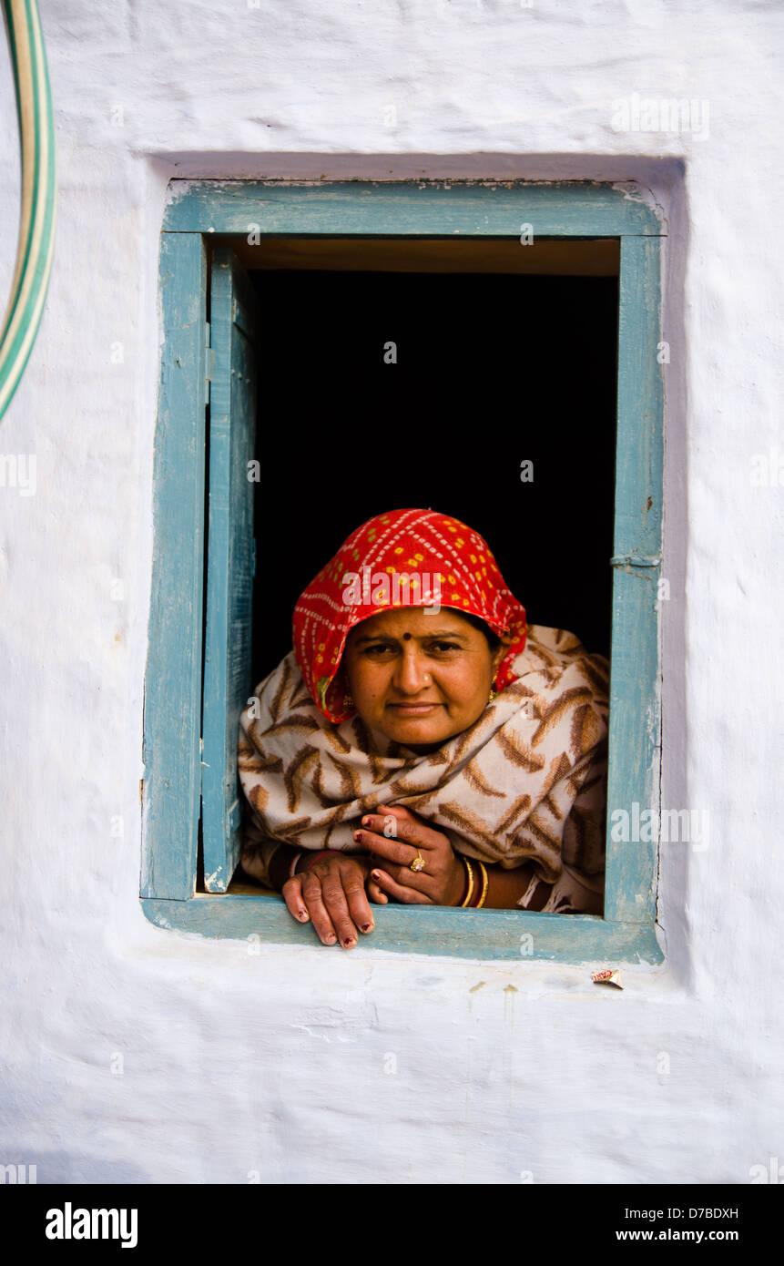 Udaipur, Rajasthan, INDE - 9 janvier: femme regarde par sa fenêtre le 9 janvier 2013 dans Jaisalmer. Photo Stock