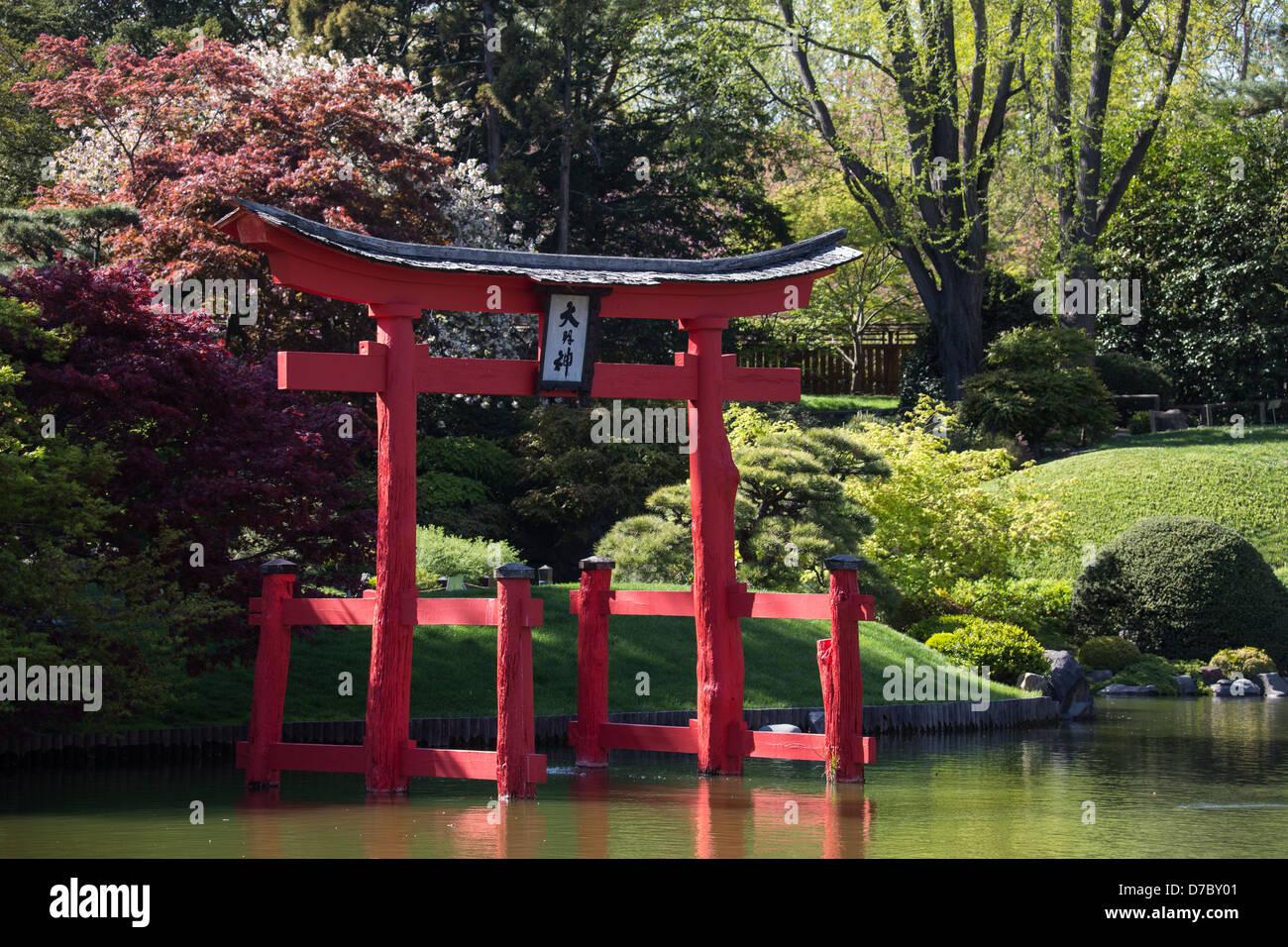 La porte rouge dans le jardin japonais au Jardin botanique ...