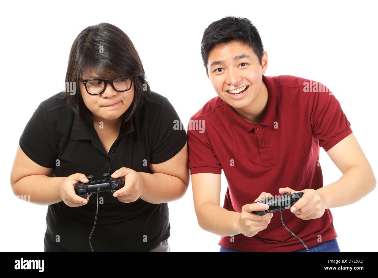 Les adolescents de jouer à un jeu vidéo de façon compétitive Photo Stock