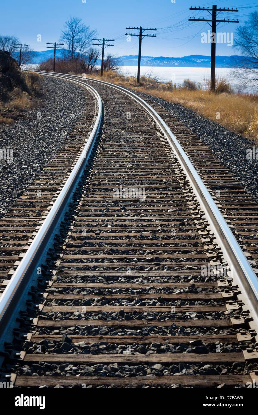 Railroad le long des rives du Lac Klamath supérieur dans le sud de l'Oregon Photo Stock