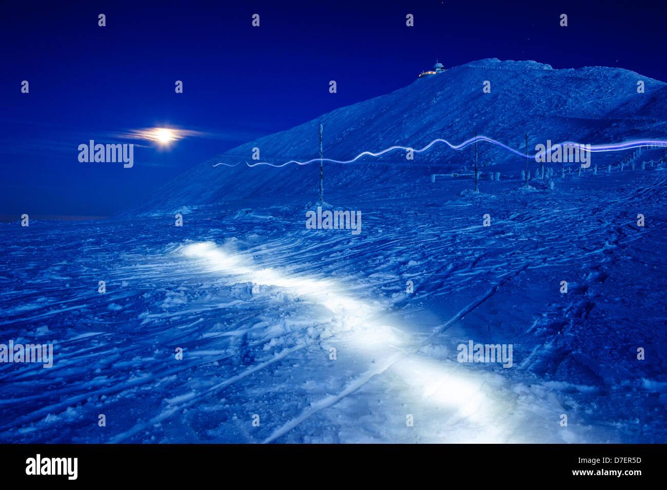Peinture de lumière dans un paysage d'hiver à la neige des montagnes Karkonosze, Pologne. Banque D'Images