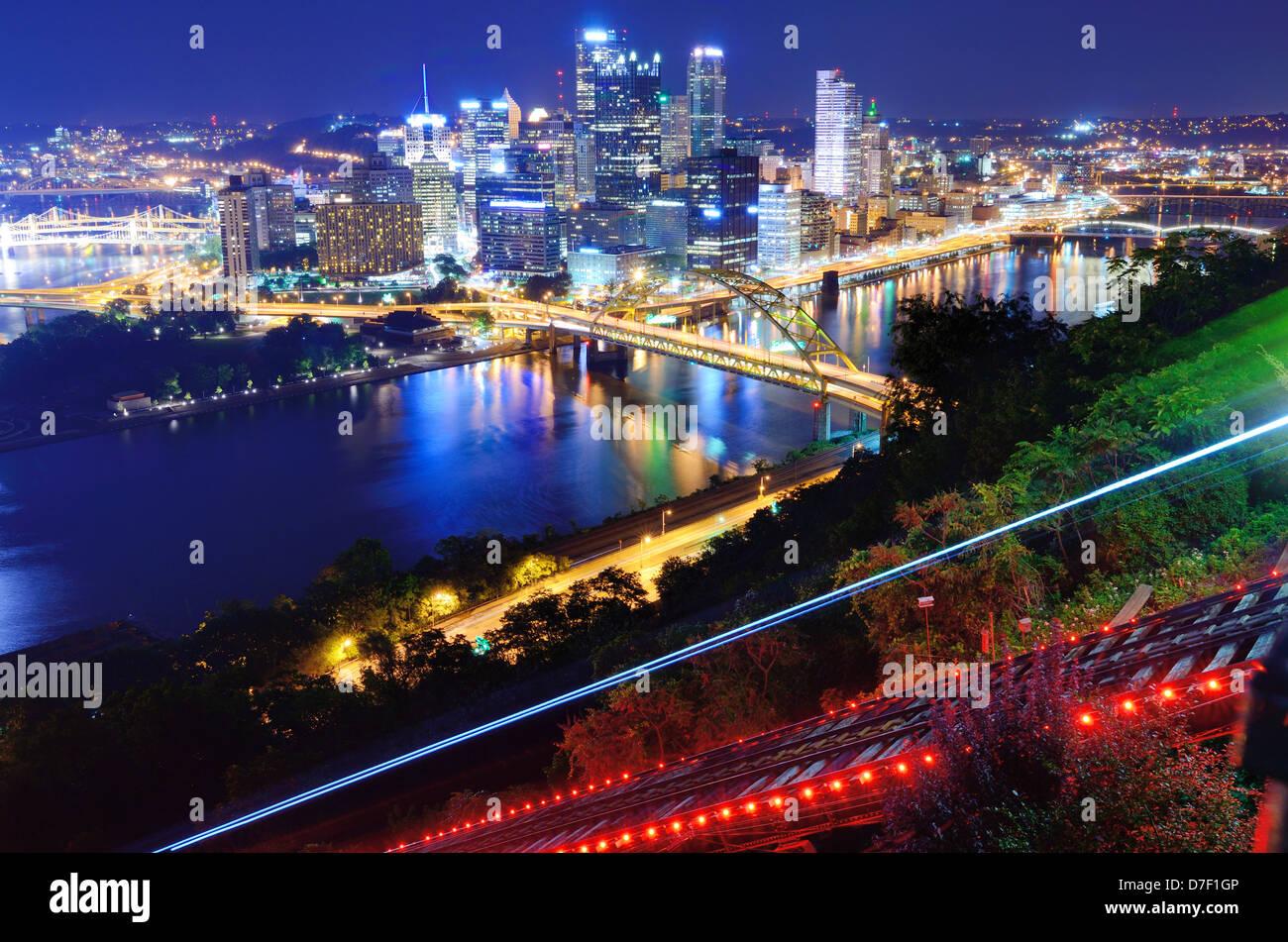 Des sentiers de lumière de la Pittsburgh, Pennsylvanie pente. Photo Stock