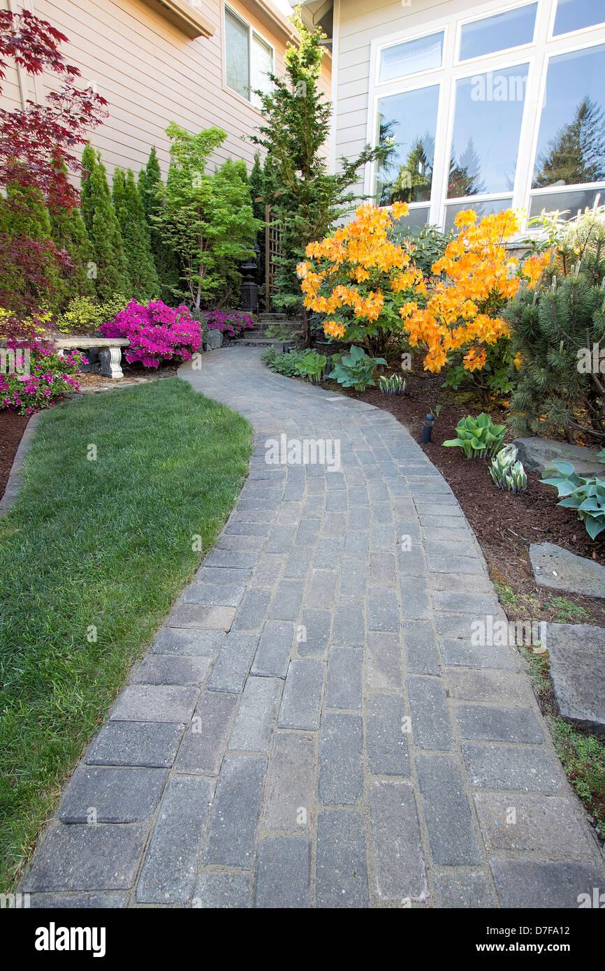 jardin pavé brique allée chemin vert avec pelouse et plantes