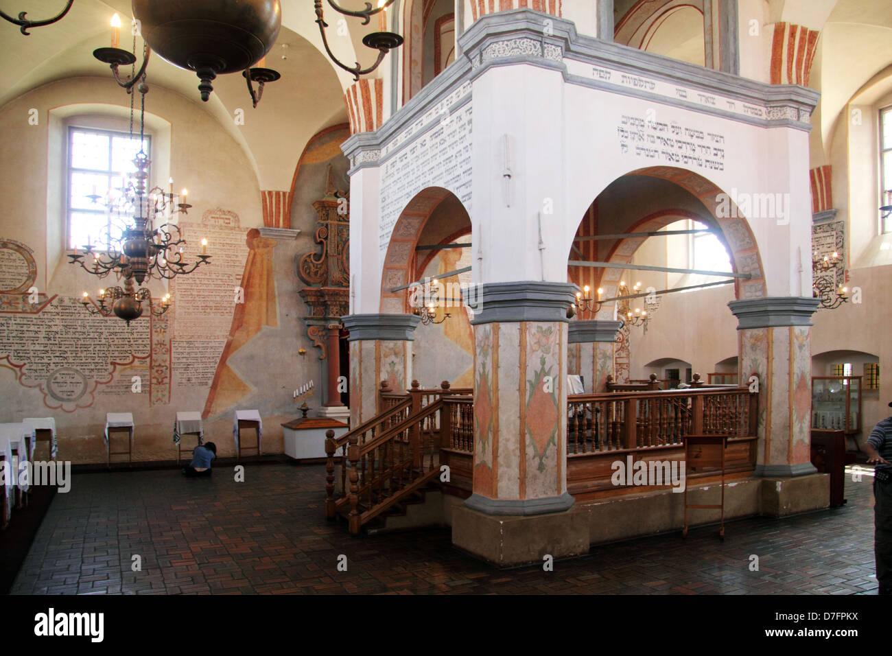 Bimah (autel surélevé décoré, plate-forme) à Tykocin (Tiktin) Synagogue, Pologne Banque D'Images