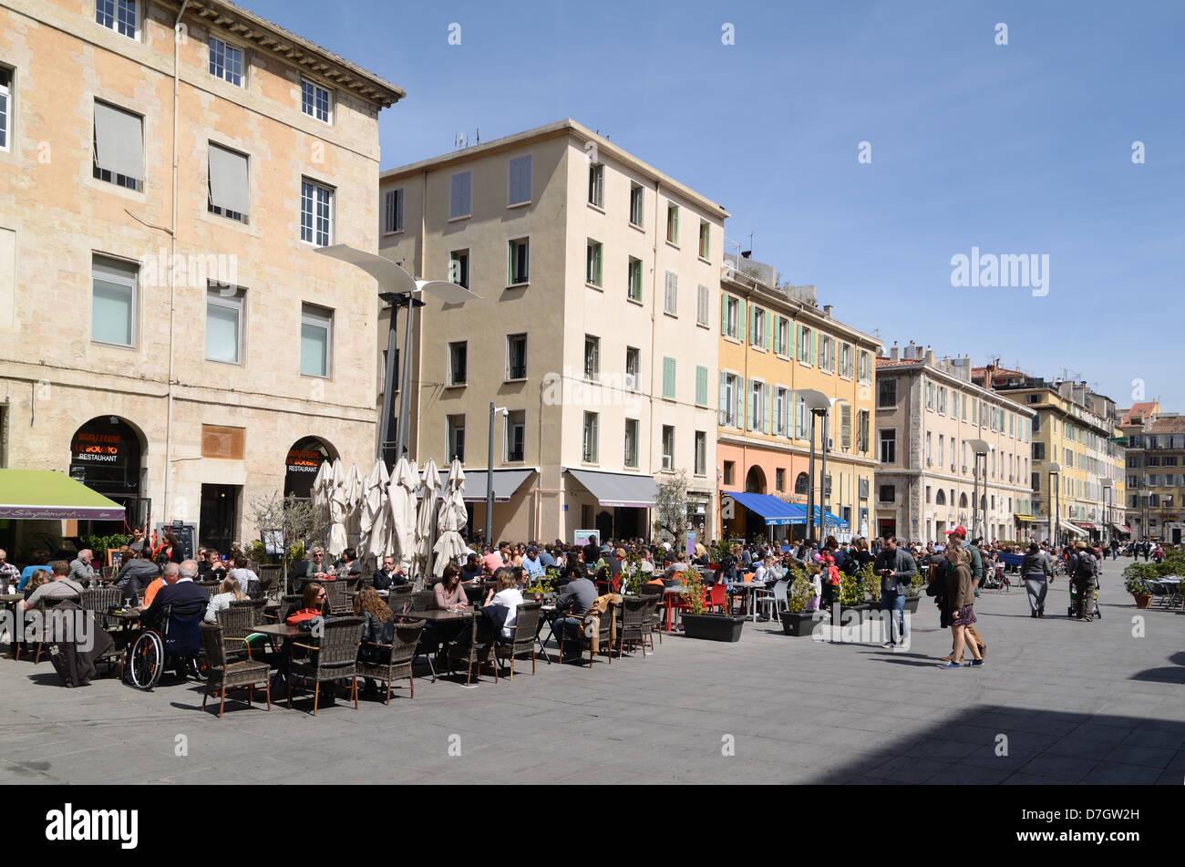 Town Square ou place publique et de terrasses de restaurants, Cours d'Estienne d'Orves Marseille France Photo Stock