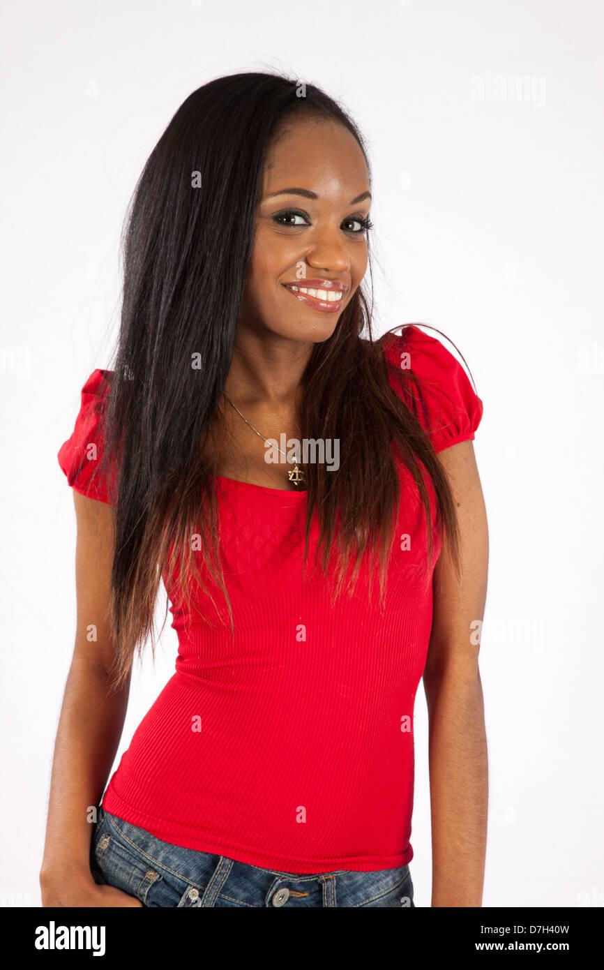 9f7b92af59a1b9 joli-chemisier-femme-noire-en-rouge -et-bleu-jean-shorts-debout-et-regardant-la-camera-avec-un-sourire-amical-d7h40w.jpg