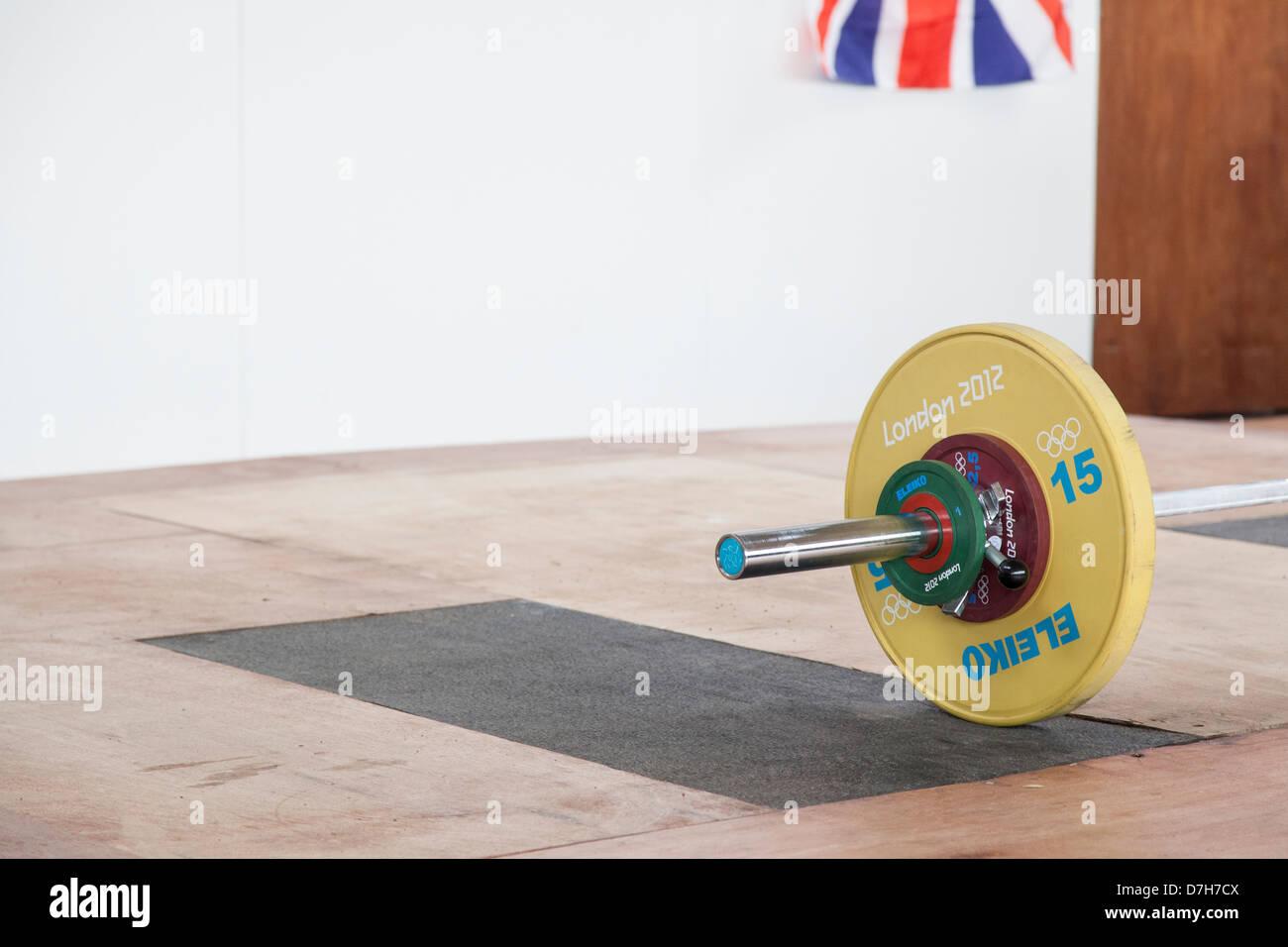 Poids avec drapeau olympique go dans le coin. Haltérophilie Photo Stock