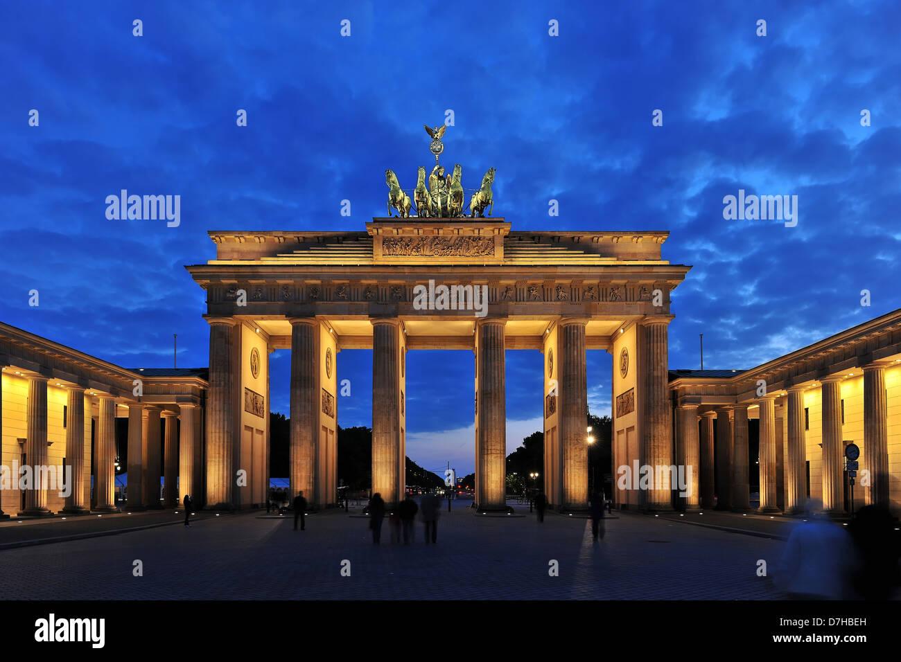 La porte de Brandebourg à Berlin dans la nuit Photo Stock