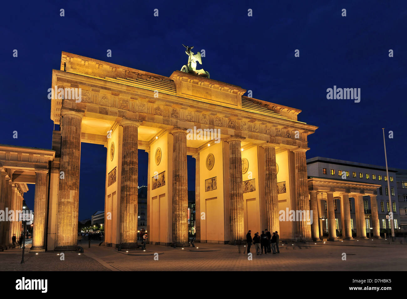 La porte de Brandebourg à Berlin dans la nuit Photo Stock