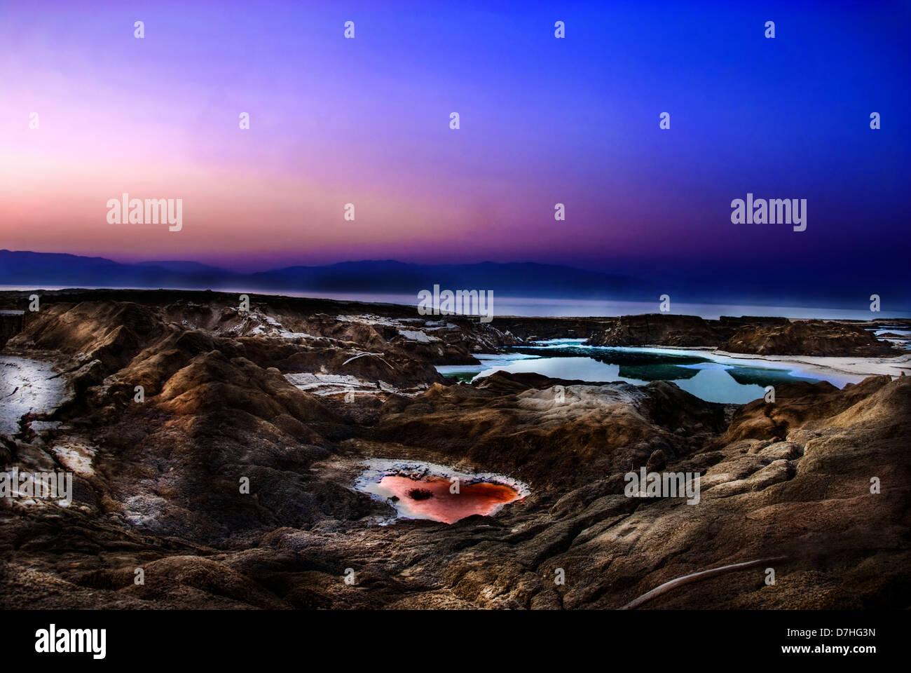 Manipulées numériquement image de l'eau des piscines en évier trous sur la rive de la Mer Morte, Photo Stock