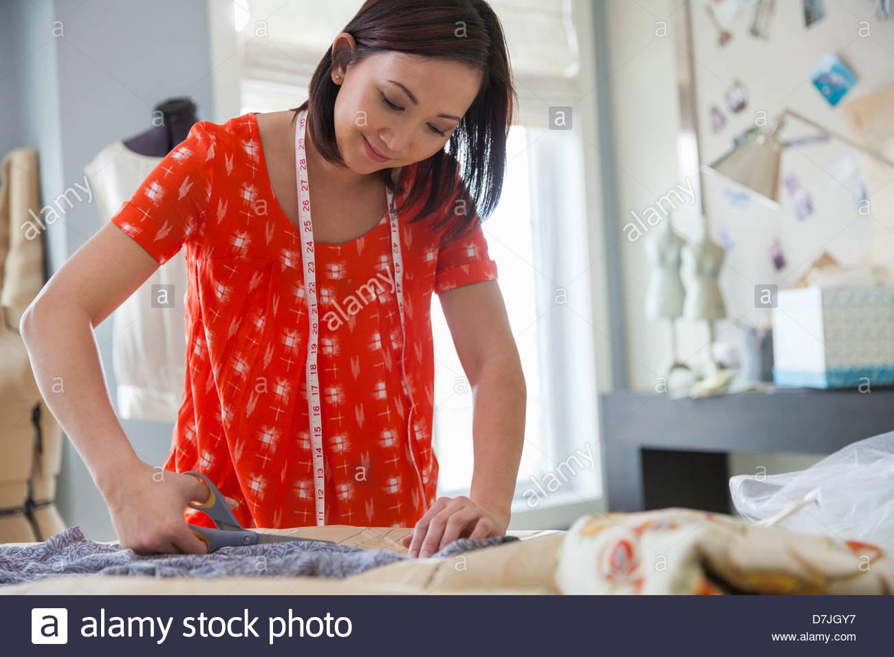 Femme couturière travaillant en home studio Banque D'Images