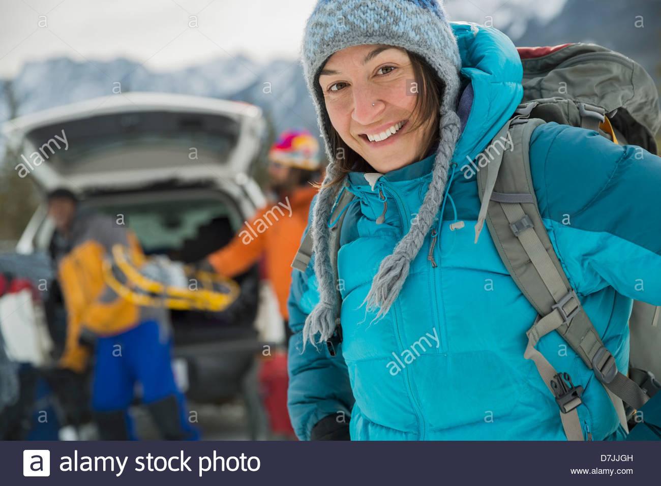 Portrait de femme avec des amis la préparation pour l'hiver la randonnée en montagne Photo Stock