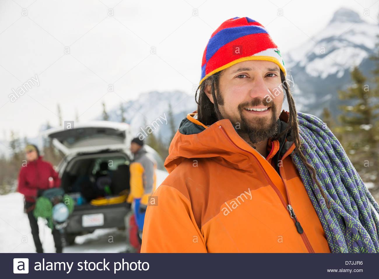 Portrait d'un homme avec des amis la préparation pour l'hiver la randonnée en montagne Photo Stock