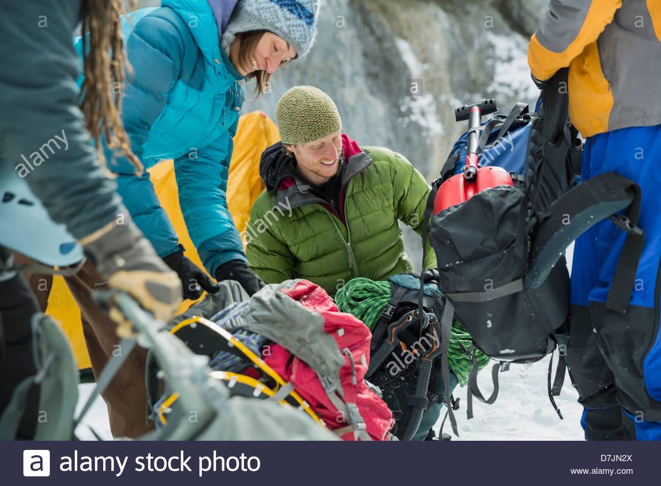 Groupe des amis de randonnée hivernale dans les montagnes Photo Stock