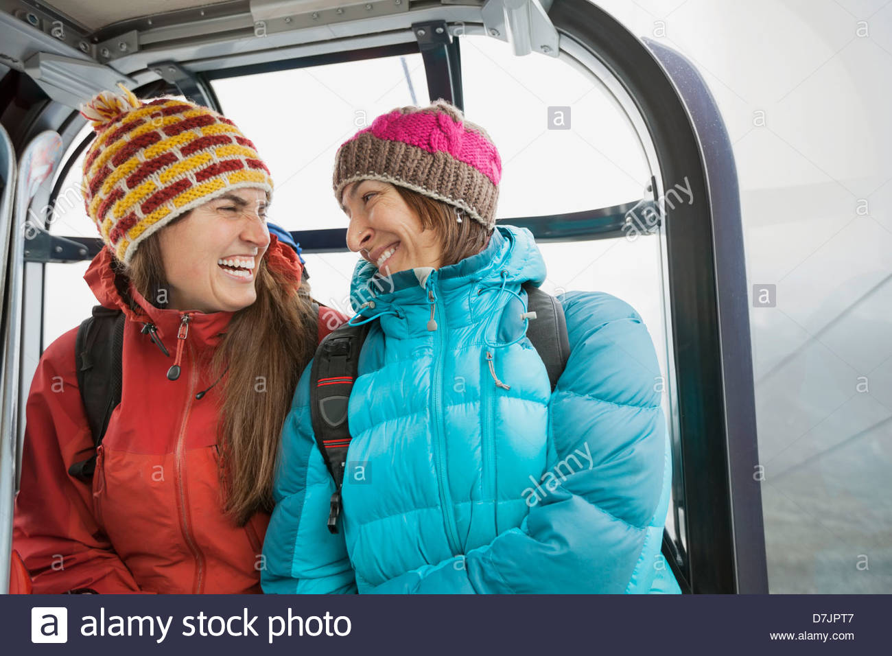 Laughing women in gondola en hiver Photo Stock