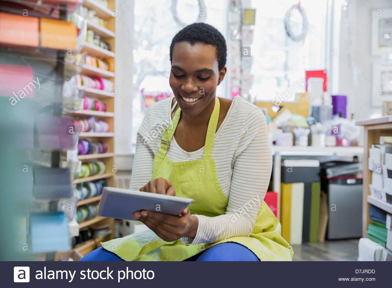 Femme propriétaire de petite entreprise la prise d'inventaire with digital tablet Photo Stock