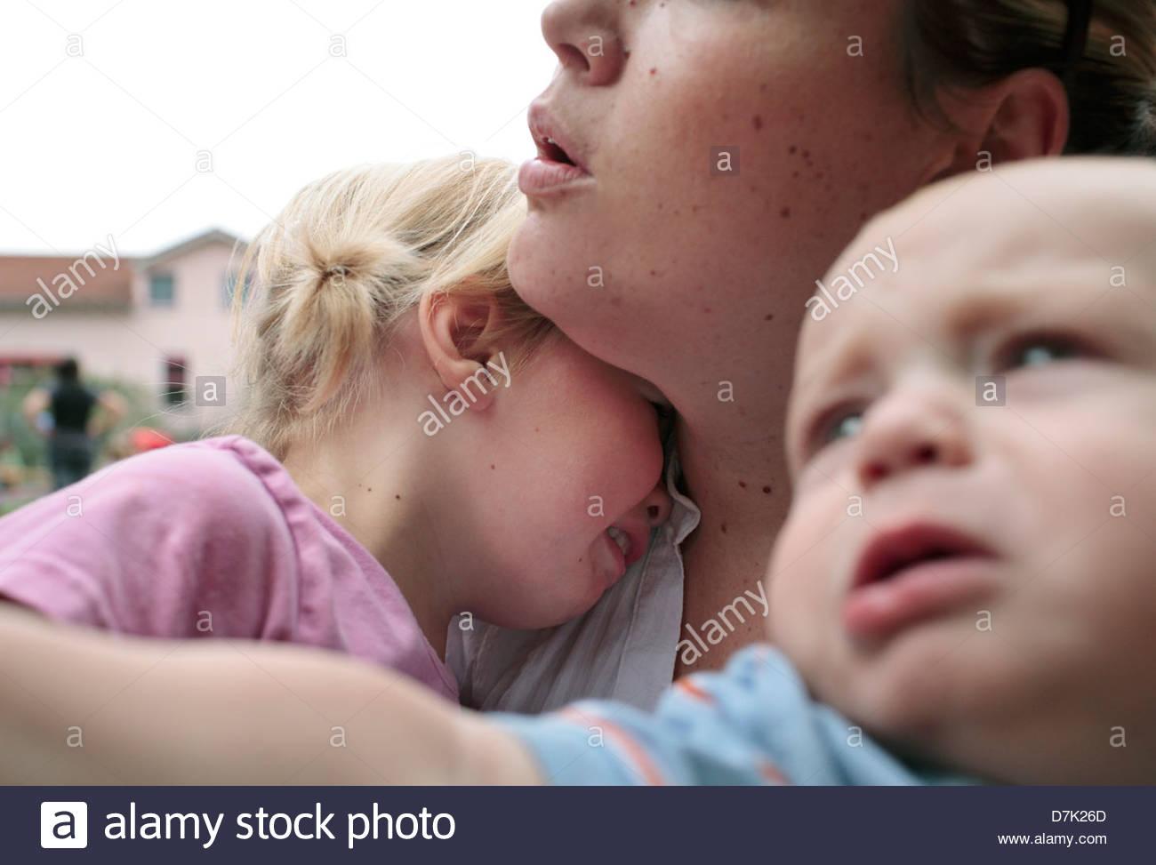 Jeune femme consoler ses pleurs d'enfants Photo Stock