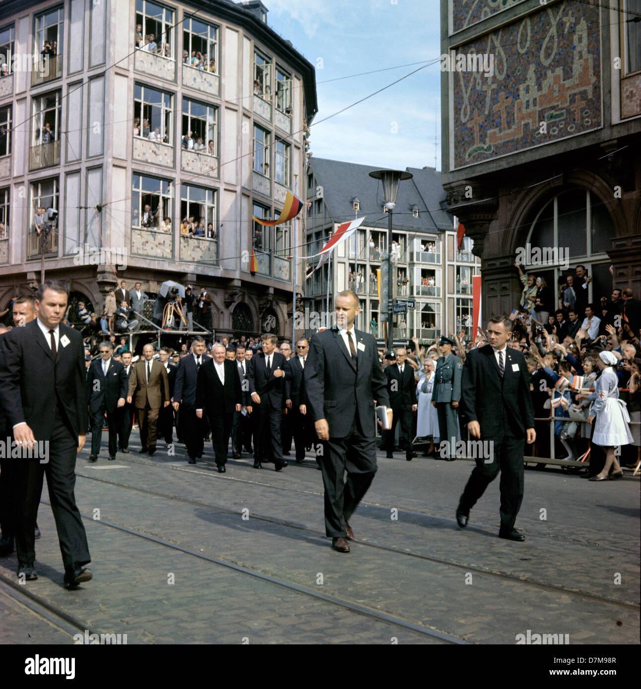 Service secret - première rangée derrière le président John F. Kennedy (M) et vice-chancelier allemand Ludwig Erhard à son côté gauche de marche de l'Roemer à la Paulskirche à Francfort le 23 juin 1963. Banque D'Images