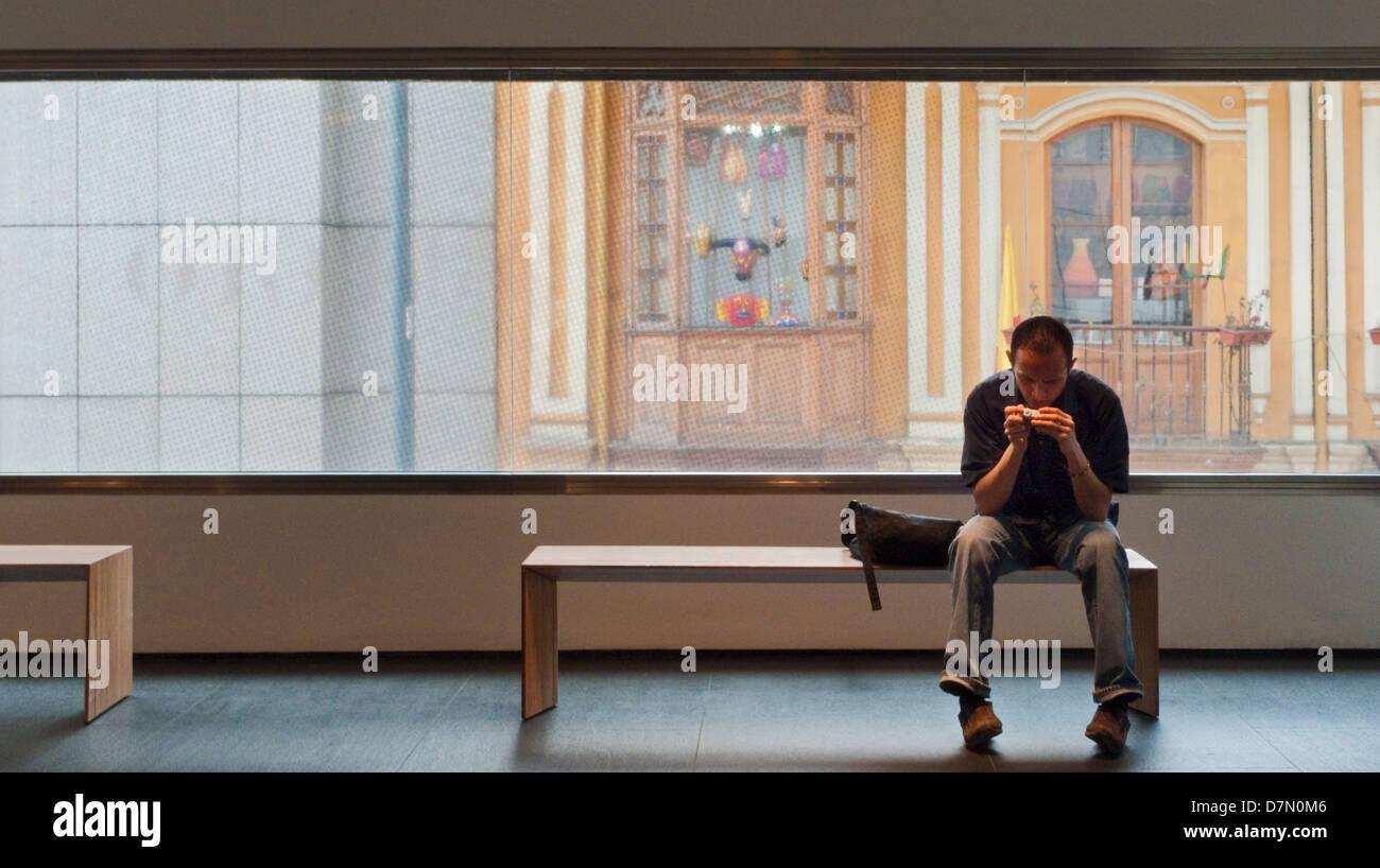 Man looking at camera. Musée de l'or de Bogota, Colombie Banque D'Images
