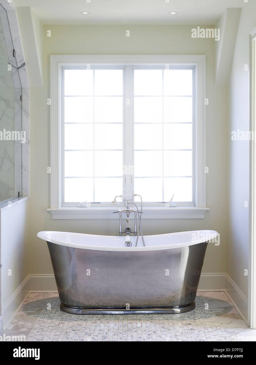 Grande baignoire à remous dans la salle de bain De Luxe ...