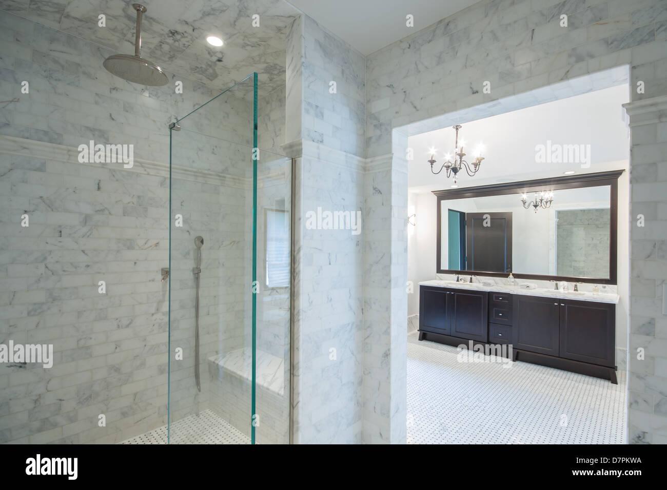 Grande salle de bains italienne moderne avec cabine de ...