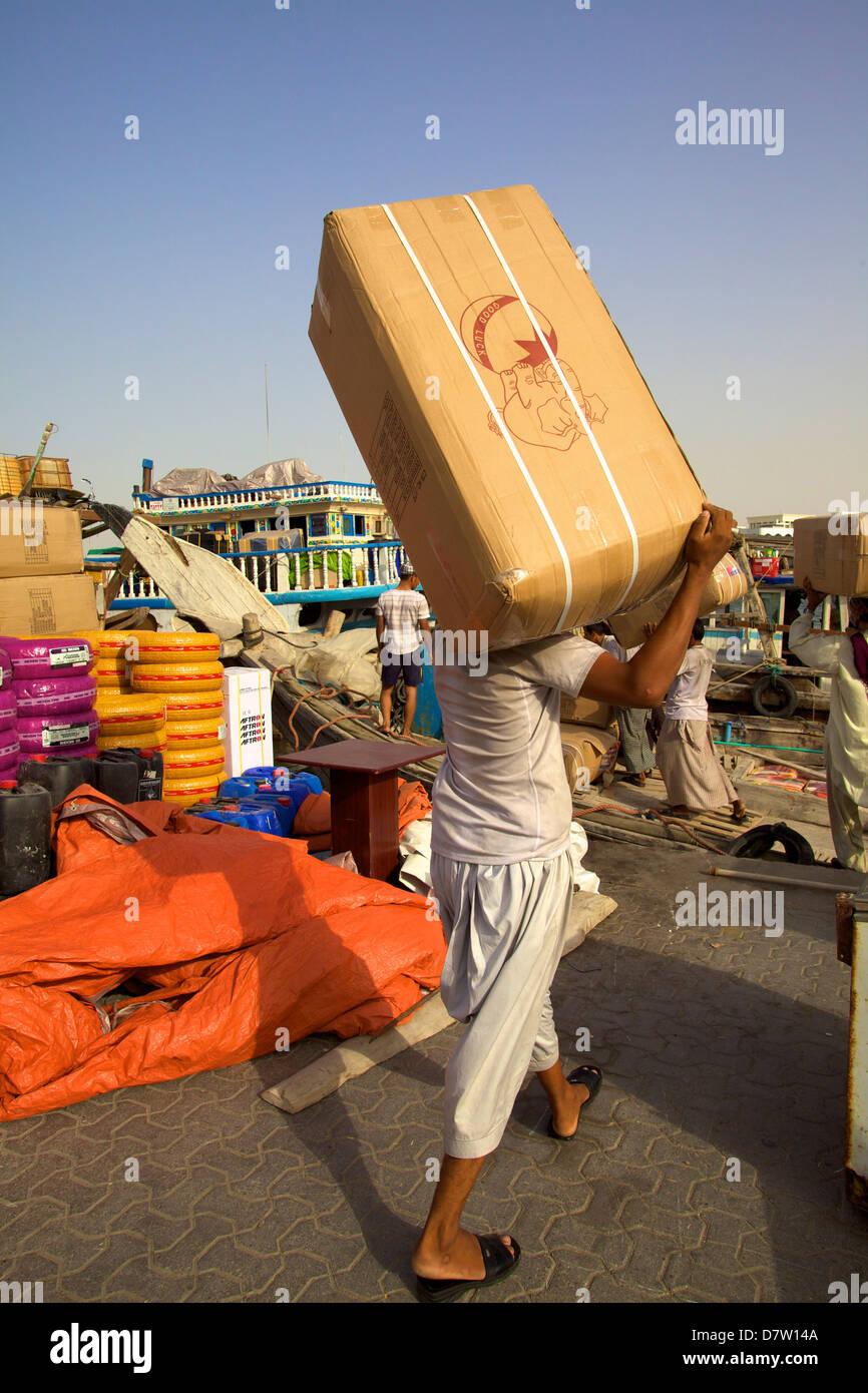 L'expédition des marchandises à la Crique de Dubaï, Dubaï, Émirats arabes unis, Moyen Photo Stock