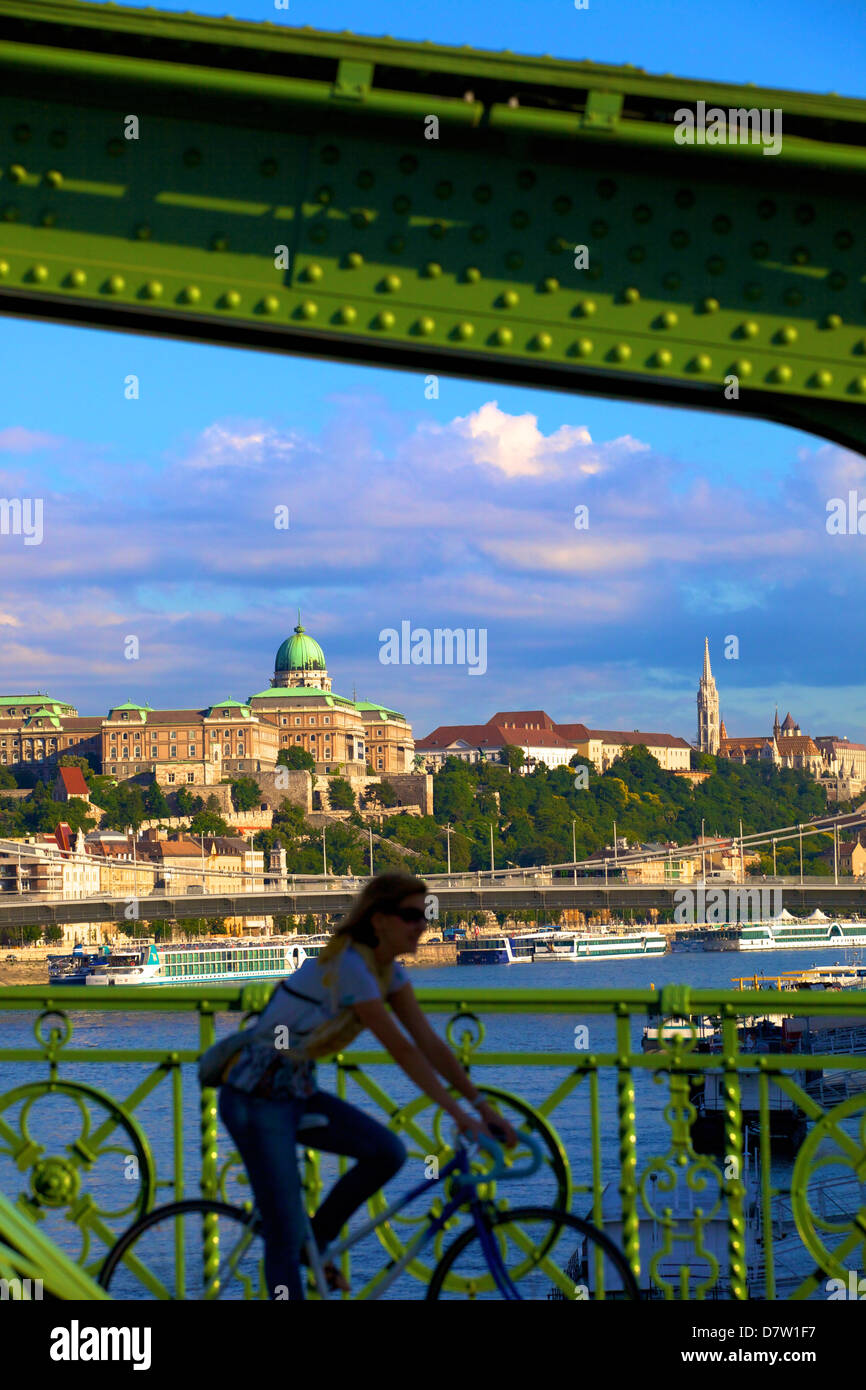 Cycliste sur pont de la liberté, Galerie nationale hongroise en arrière-plan, Budapest, Hongrie Banque D'Images