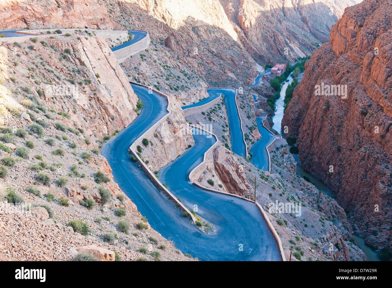 Route sinueuse raide jusqu'au Gorges du Dadès, vallée du Dadès, au Maroc, Afrique du Nord Photo Stock