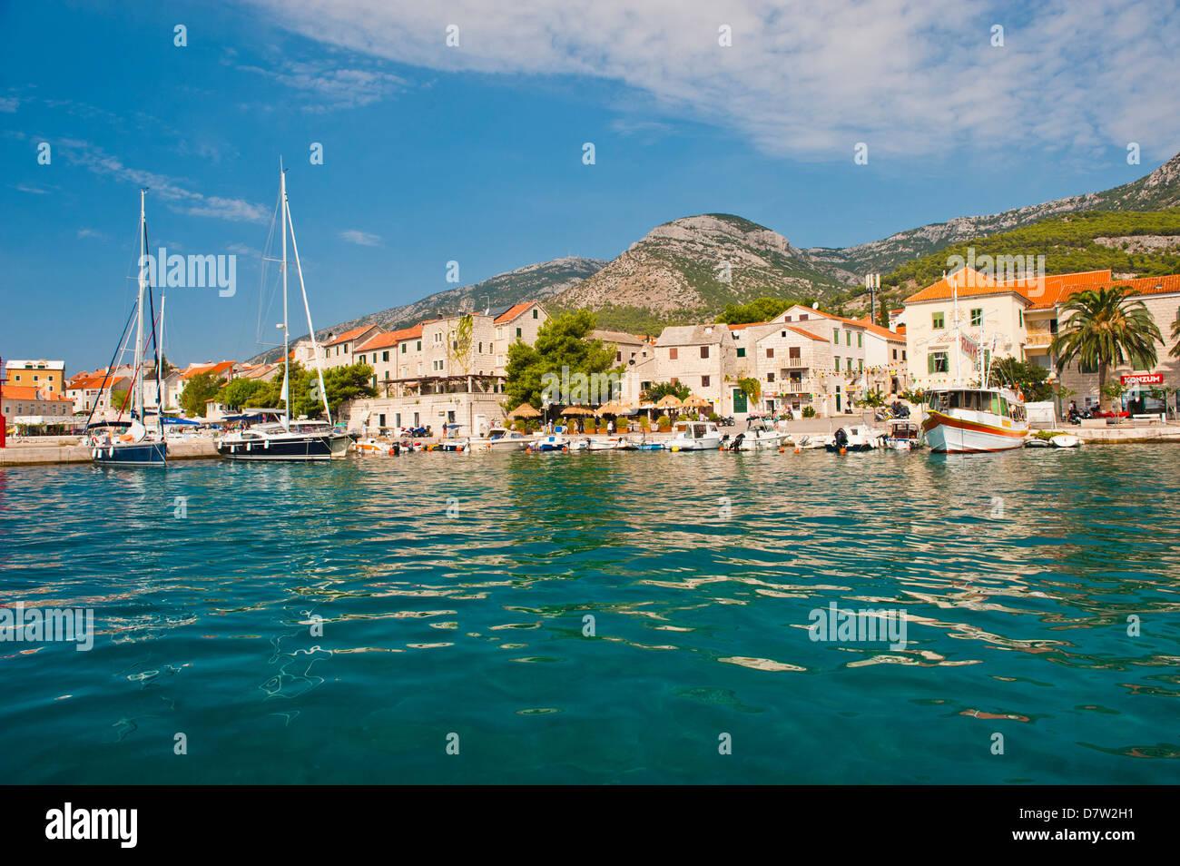 La ville de Bol et de l'eau cristalline de la mer Adriatique au large de l'île de Brac, côte dalmate, Photo Stock